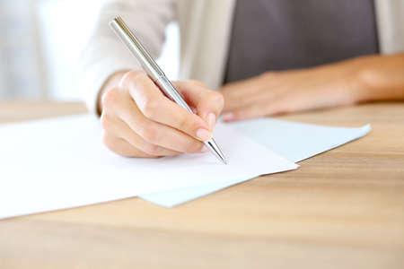 Close-up van de vrouw hand schrijven op papier