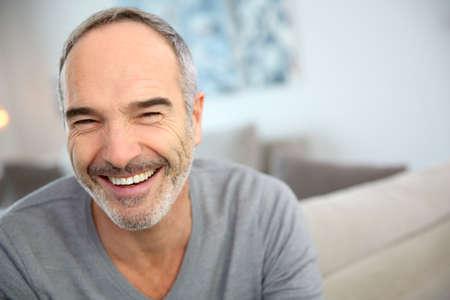 Portret van gelukkig knappe volwassen man