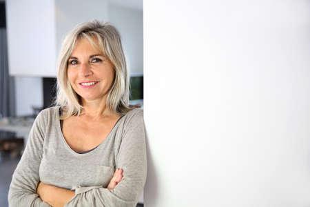 Senior vrouw tegen een witte muur