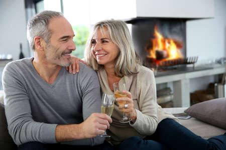 persona feliz: Pareja disfrutando de mayores felices copa de champ�n Foto de archivo