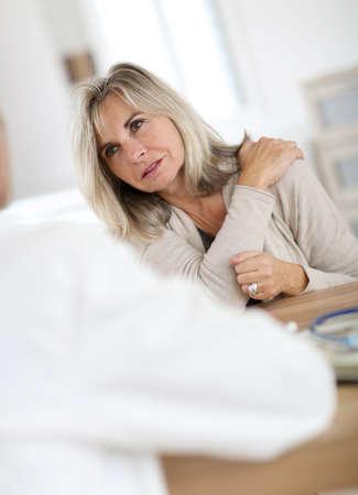 epaule douleur: Patient médecin seing pour la douleur épaule d'articulation