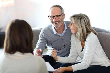 parejas felices: Asesor financiero Reuni�n mayor de los pares para la inversi�n Foto de archivo