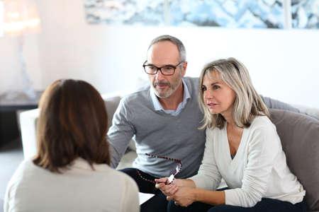 Senior paar vergadering financieel adviseur voor investeringen