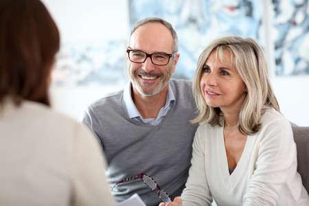 seguros: Asesor financiero Reuni�n mayor de los pares para la inversi�n Foto de archivo