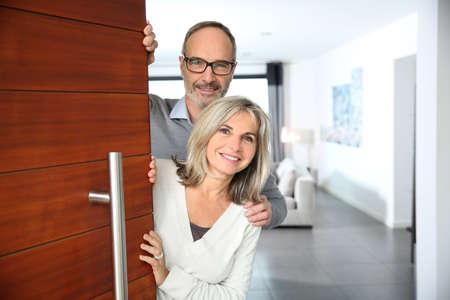 Ältere Paare, gastfreundliche Menschen, nach Hause zu geben