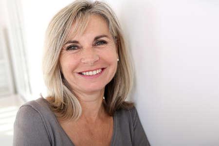 s úsměvem: Portrét usmívající se starší žena Reklamní fotografie