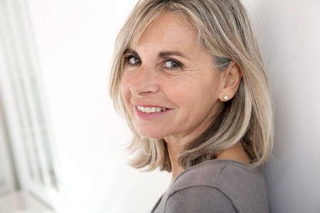 笑顔の年配の女性の肖像画
