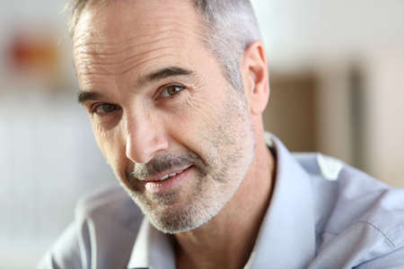 an active: Primer del hombre mayor hermoso con el pelo gris