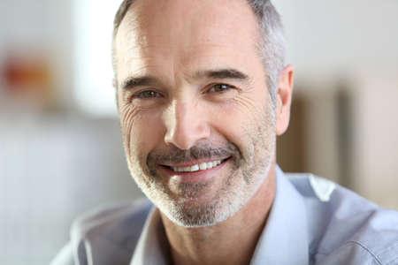 灰色の毛を持つハンサムなシニア男のクローズ アップ