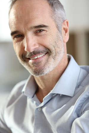 灰色の髪のハンサムな年配の男性のクローズ アップ