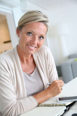 40 year old: 40 year old woman working from home Stock Photo