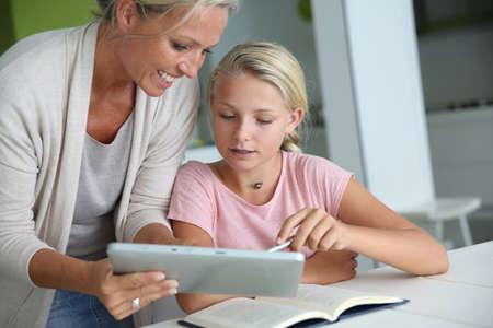 Mère aidant fille à faire ses devoirs Banque d'images