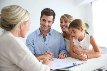 주택 투자를위한 가족 모임 부동산 에이전트 스톡 콘텐츠