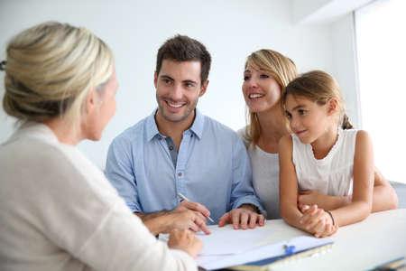 Spotkanie rodzinne agent nieruchomości dla domu inwestycji