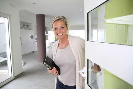 Agent immobilier présentant maison moderne Banque d'images - 24537062
