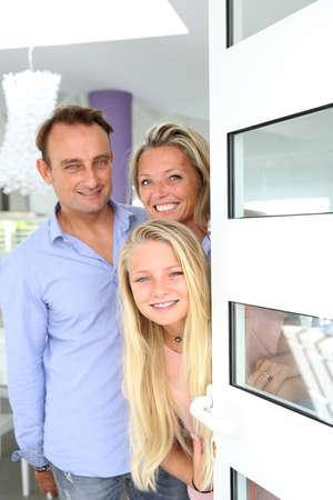 Ouders met meisje gastvrije mensen thuis
