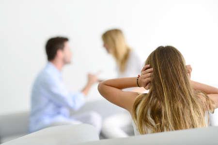 divorcio: Niña cansada de earing sus padres gritándose Foto de archivo