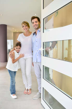 welcome door: Famiglia in piedi davanti alla porta per invitare le persone a