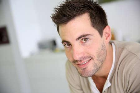 Porträt der lächelnden attraktiven Mann