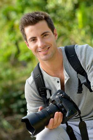 reportero: Retrato de joven reportero con cámara de fotos Foto de archivo