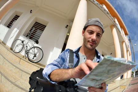 aventurero: Aventurero mirando el mapa de calle