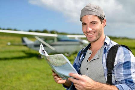 aventurero: Aventurero mirando el mapa tur�stico