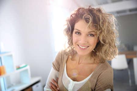 cabello rizado: Retrato de mujer hermosa con el pelo rizado Foto de archivo