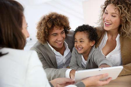 家の購入のための家族会議の不動産エージェント 写真素材