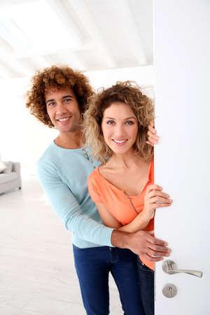 abriendo puerta: Pares alegres abrir nueva puerta de entrada de su casa