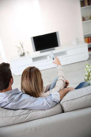 Vista posterior de la pareja viendo la tv
