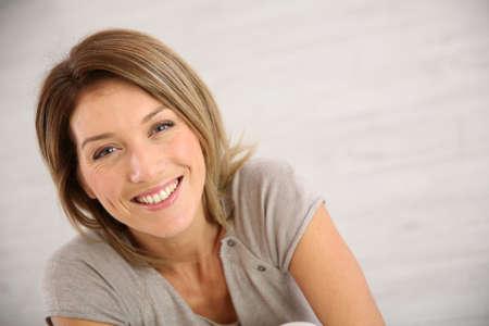 Retrato de mujer de mediana edad sonriendo