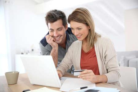 tarjeta de credito: Pareja en la compra de vivienda en Internet Foto de archivo