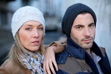 fashionable couple: Retrato de la pareja de moda en la ciudad