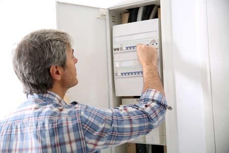 Technicus controleren op elektrische box aan prive-woning Stockfoto