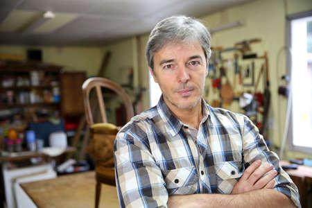 artesano: Retrato de artesano en el taller Foto de archivo