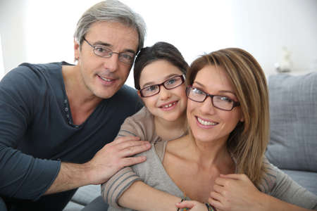 Porträtt av familj på 3 personer som bär glasögon