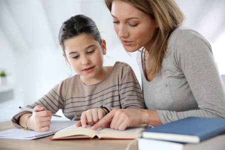 Mamá niño ayudar con la tarea Foto de archivo - 25842138