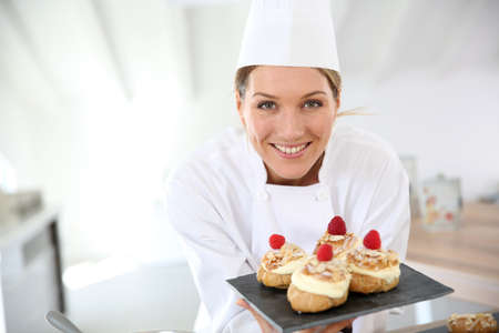 접시에 디저트를 보여주는 생과자 요리사 미소