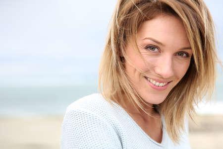 Portret van mooie 40-jarige blonde vrouw Stockfoto