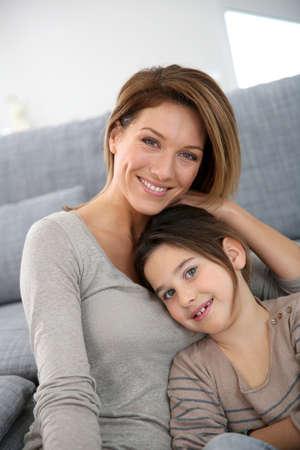 blonde yeux bleus: Mère et fille de détente à la maison