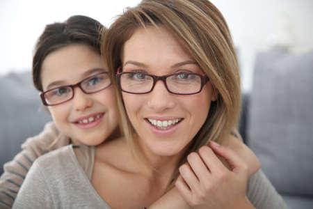 hija: Retrato de la madre y de la hija con gafas Foto de archivo