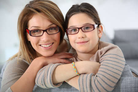 daughters: Retrato de la madre y de la hija con gafas Foto de archivo