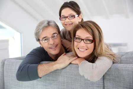 眼鏡を着て幸せな家族の肖像画