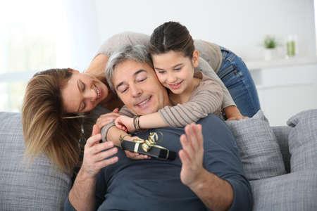 padres: Mujer con hija que celebran el D�a del Padre Foto de archivo