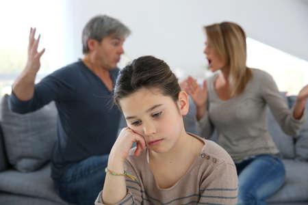 chateado: Os pais brigando e filha estar chateado