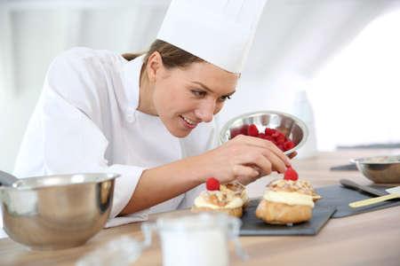 요리사가 파이를 준비하는 레스토랑 스톡 콘텐츠