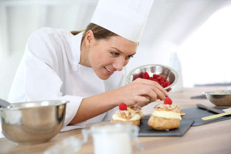 Chef prepara dolci per il ristorante Archivio Fotografico - 25841737