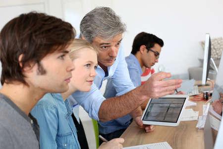 Leraar die digitale tablet in schoolklas