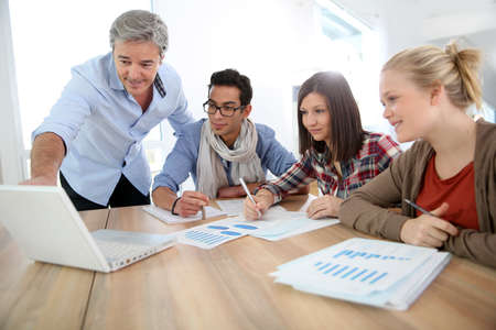 Business-School-Schüler in Marketing-Klasse mit Lehrer