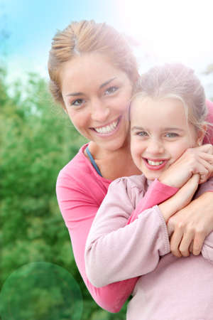personas abrazadas: Retrato de la madre y la hija